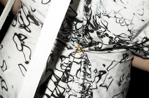 Das Kleid von Maison Suneve kann dank eines kleinen Hakens nach Belieben hinten oder vorn gerafft werden. Offen gelassen bietet es ganz viel Platz für den wachsenden Bauch.