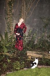 Langes Seidenkleid von Edith&Ella, Armreifen von Nicola Hinrichsen. Kisu trägt, wie immer, Pelz (echt)