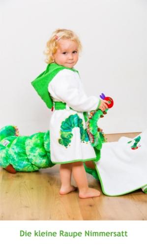 Kind mit riesiger Raupe Nimmersatt