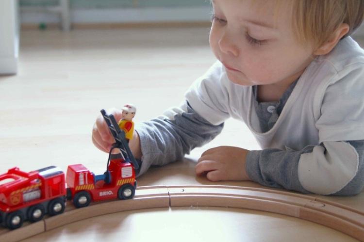 Geschnek-Tipp für Kleinkind: Kind spielt mit Brio Village Feuerwehr