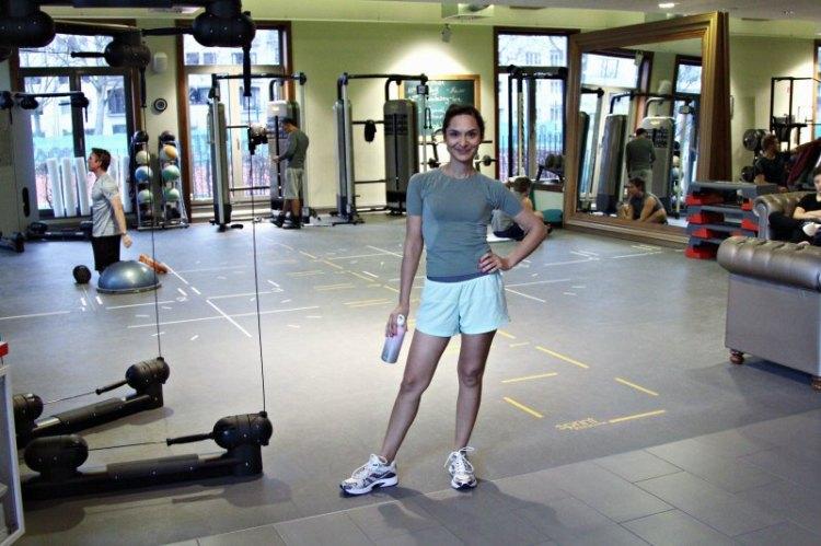 Frau im Gerätebereich des Members-Club Aspria Uhlenhorst