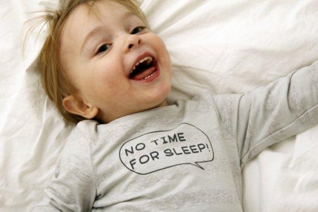 lachendes Kleinkind in GOTS-zertifizierter Kleidung von Ernsting´s Family