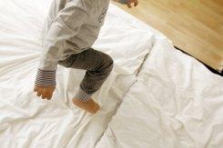 Kind testet GOTS-zertifizierte Kleidung von Ernsting´s Family