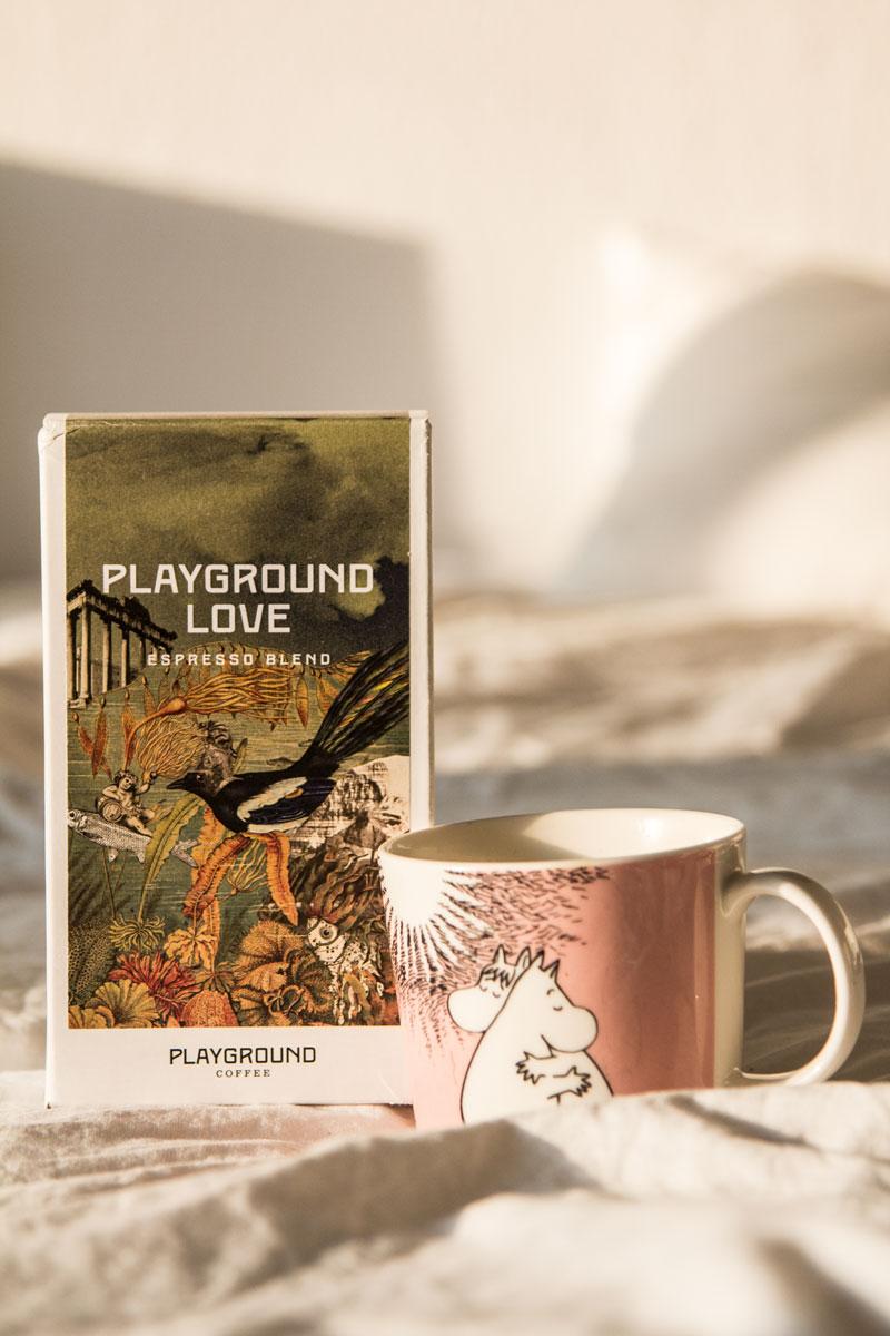 Packung Kaffee von Playground und Mumin-Tasse