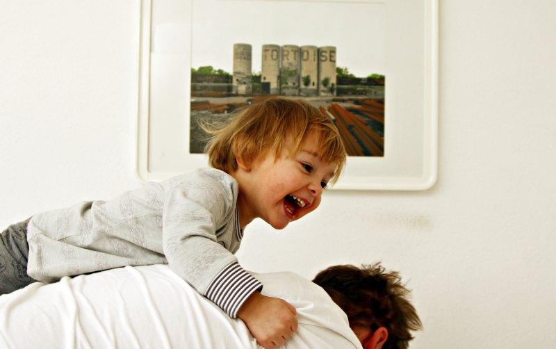 Kleinkind beim Toben