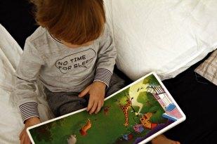 Kind liest Gute Nacht Gorilla