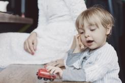 Kind spielt Telefon