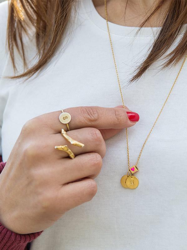 Finger halten personalisierte Kette mit Initialen von Jane Konig