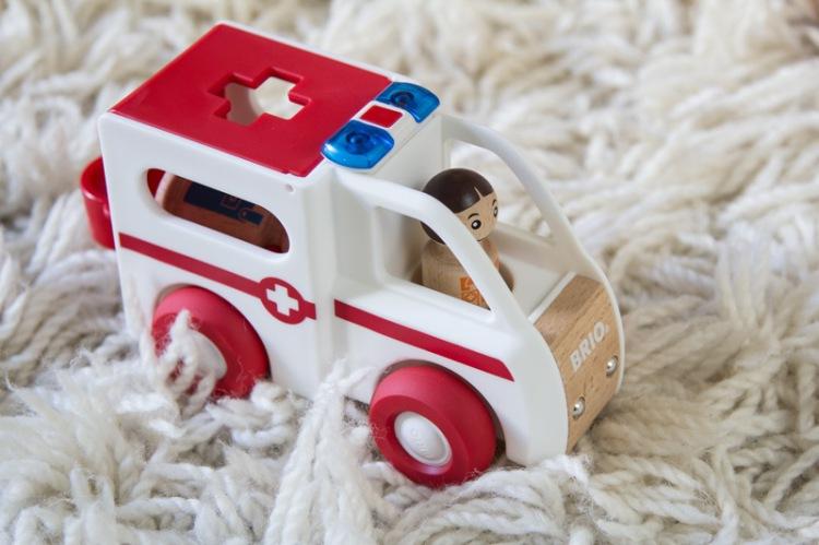 brio-holzspielzeug-krankenwagen-einzeln