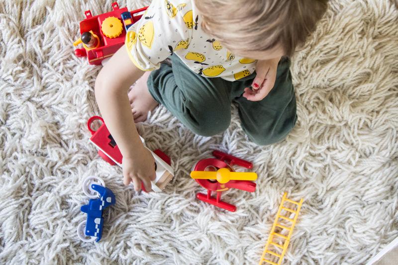 kind-brio-holzspielzeug-diverses