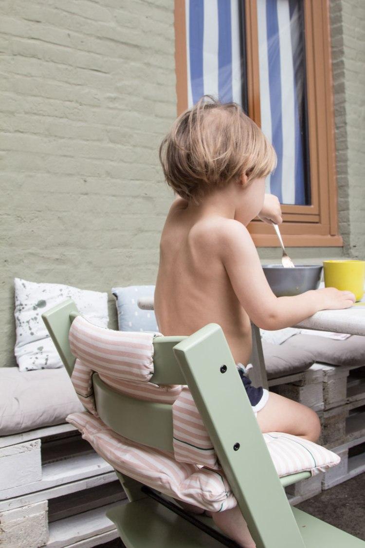 Kind sitzt auf dem Tripp Trapp in den neuen Farbe 2017 Moss Green