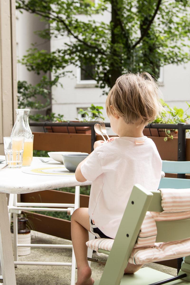 Kind sitz auf dem Tripp Trapp am Esstich in den neuen Farbe 2017 Moss Green