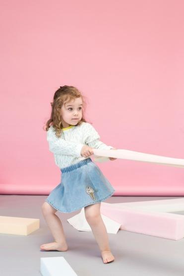 Nachhaltige Kindermode in Pastellfarben: Tilda entwickelt Bärenkräfte im Shirt von Macarons Fashion und einem Denim-Rock mit Patch von Smafolk