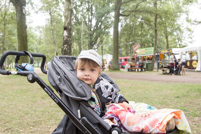A Summers Tale-Festival mit Kind: Kind sitzt im Buggy