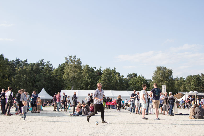 A Summers Tale-Festival mit Kind: Fußball-Spielen auf dem Platz vor der großen Bühne