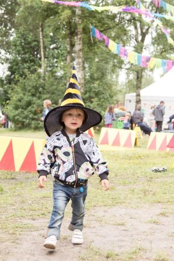 A Summers Tale-Festival mit Kind: verkleidetes Kind mit Hexen-Hut
