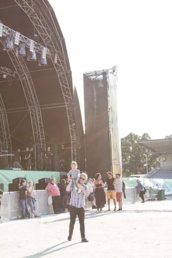 A Summers Tale-Festival mit Kind vor der großen Bühne