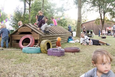 A Summers Tale-Festival mit Kind: Kinder toben in der Spiel-Area