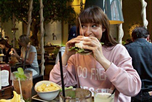 Susanna isst Burger im Burger-Grill Peter Pane