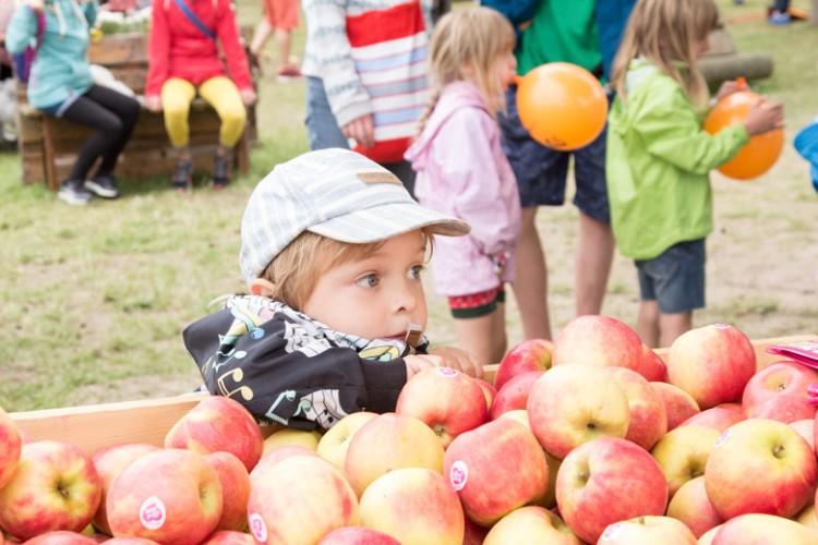 A Summers Tale-Festival mit Kind und Äpfeln