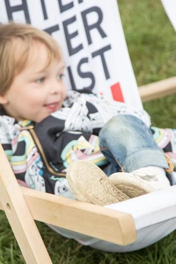A Summers Tale-Festival mit Kind: Dreijähriger entspannt vor dem Bus von Otto