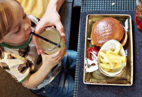 Kind trinkt Schorle im Burger-Grill Peter Pane