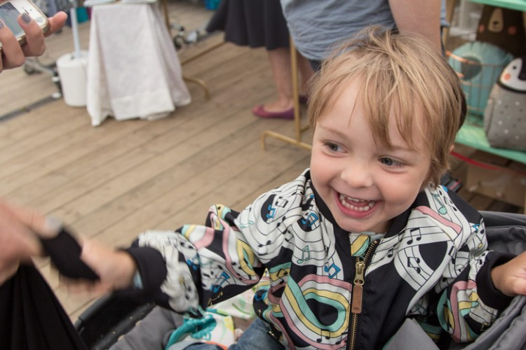 A Summers Tale-Festival mit Kind: Kleinkind gute gelaunt im Design-Zelt