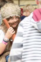 Kind in verkleidung auf dem A Summers Tale-Festival