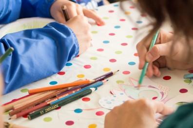 Kindre malen im Zeit Leo Kinder-Zelt auf dem A Summers Tale-Festival