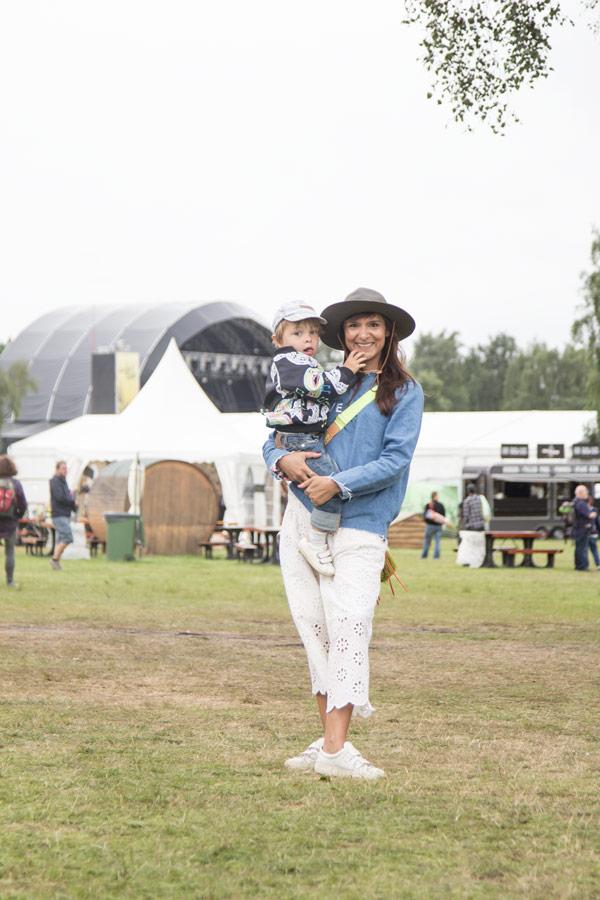 Frau mit Kind auf dem A Summers Tale-Festival