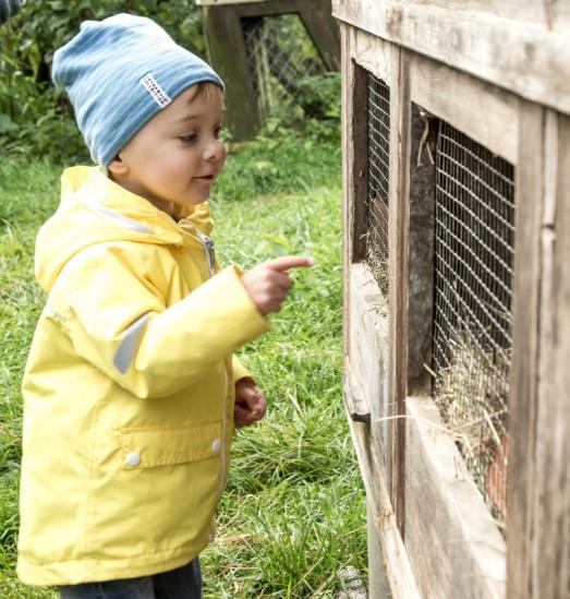 Kind vor Kaninchenstall im Reka Feriendorf Urnäsch