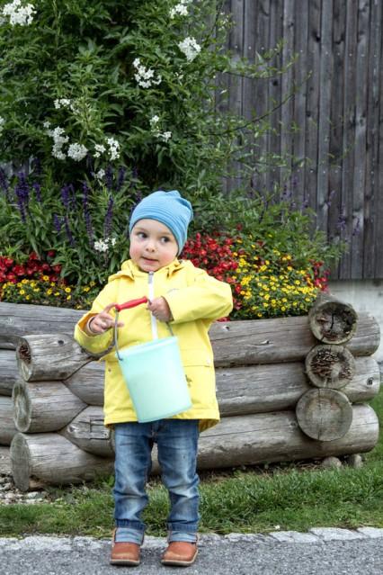 Kind mit voller Milchkanne im Reka Feriendorf Urnäsch