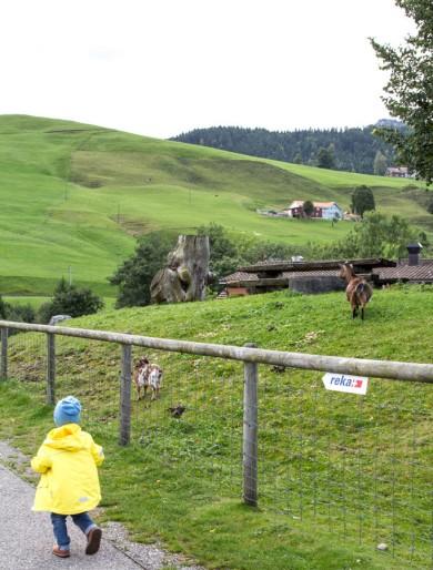 Kind im Aussengelände im Reka Feriendorf Urnäsch