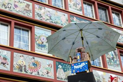 Seifenblasen Teddybär vor dem Spielzeugladen in Appenzell