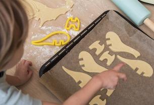 3D Dino-Kekse aus Mürbeteig mit Dinkelmehl