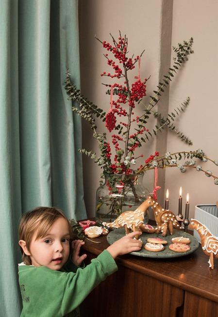 Kind mit 3D-Dinos und weihnachtlicher Deko