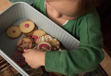 Kind mit Keksdose von wayfair