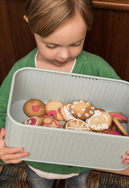 kind-mit-keksdose-plaetchen