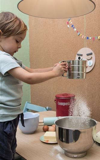 Kind siebt Mehl