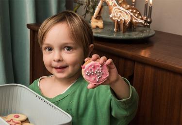 Kind mit Dinkel-Keks