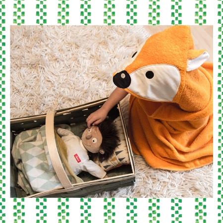 Kind mit Puppe Erwin, der kleine Patient und Kapuzenhandtuch von Smithy über geschenke.de