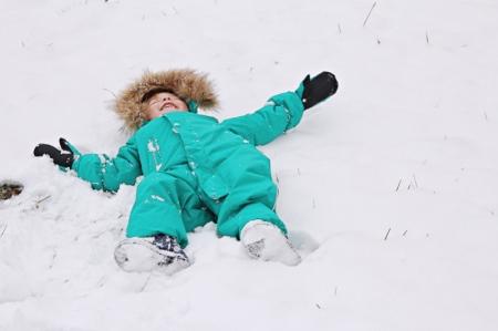 Kind mit Reima-Schneeanzug im Schnee