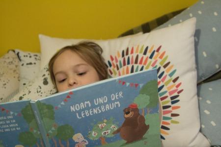 Kind liest individualisierbares Kinderbuch von United Letters