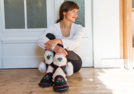 Frau trägt handgemachte Hausschuhe (Stiefel) von Woolenstocks mit Pompoms