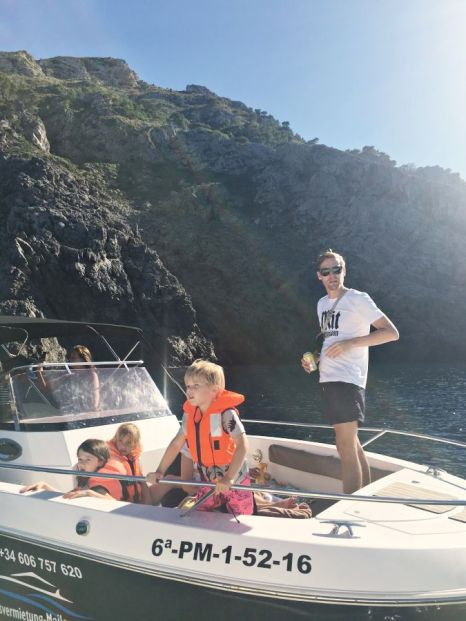 Motorboot mit Familie vor der Küste von Mallorca