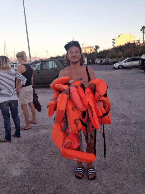 Mann trägt Schwimmwesten für Bootsausflug auf Mallorca