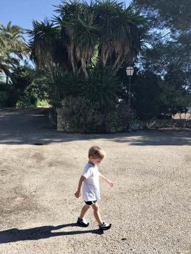 Kind auf Finca auf Mallorca