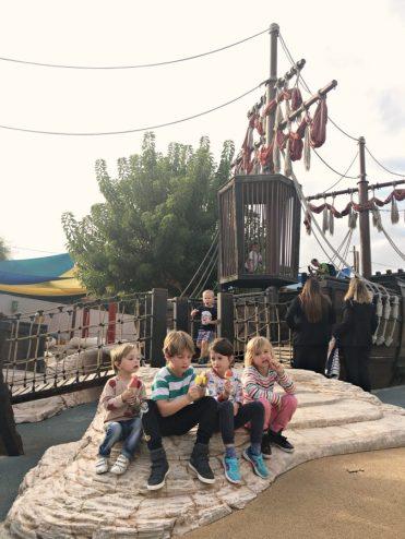 Kinder essen Eis vor Piratenschiff im Aquarium von Mallorca
