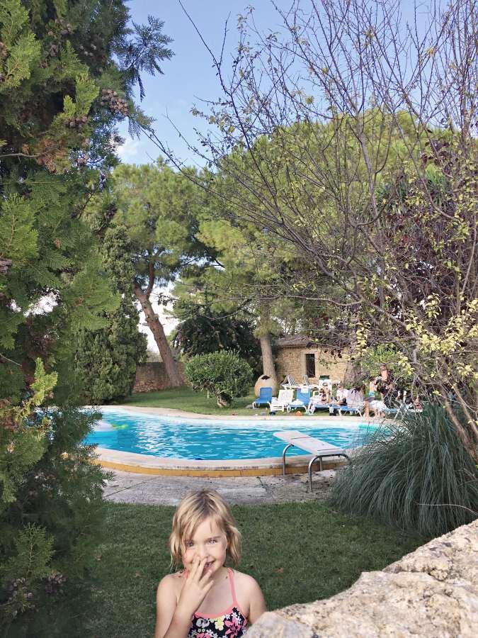 maedchen-finca-pool-mallorca