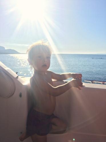 Kind auf Boot im Sonnenschein